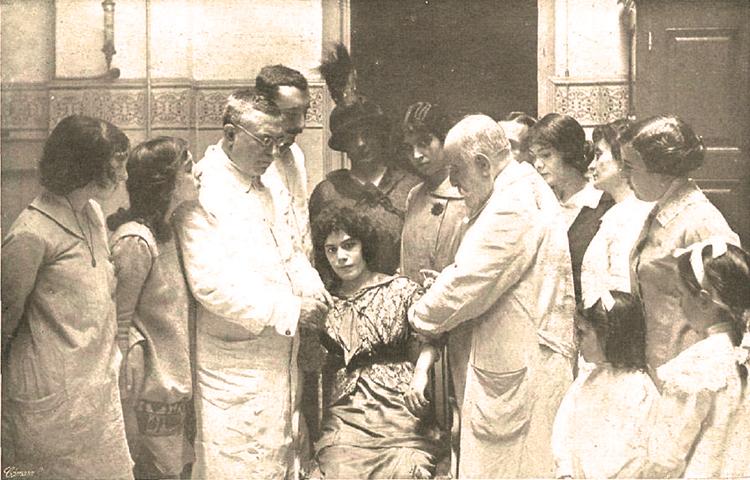 El doctors Ferran i Masip immunitzen contra la ràbia una dona [Museu d'Història de la Medicina de Catalunya (MHMC)]